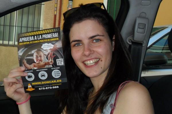 Marie sonriente con el panfleto de DonCar