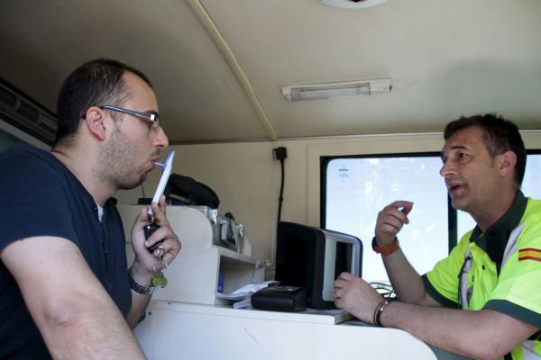 NAC157. MADRID, 09/07/2012.- Un conductor, sometido a una prueba de la nueva campaña especial de control del consumo de alcohol y drogas al volante puesta en marcha por la Dirección General de Tráfico, y que se desarrollará hasta el 15 de julio, hoy en el kilómetro 13 de la A-3. EFE/Beatriz Velardiez